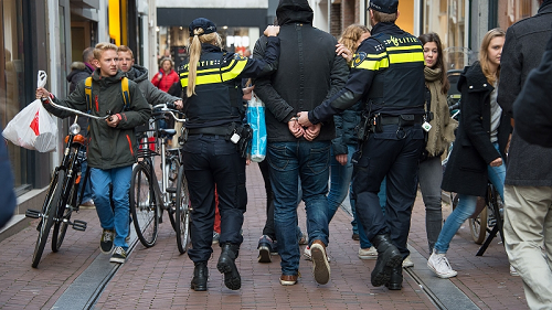 """Politie nieuws uit de Regio """"Dankzij alerte melder grijpt politie vier inbrekers"""""""