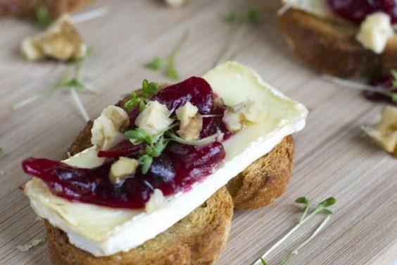 Toast met brie, cranberry compote en walnoot.