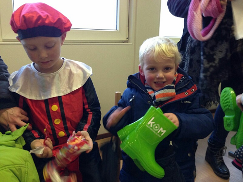Sinterklaas trakteert op regenlaarzen bij KOM Kinderopvang