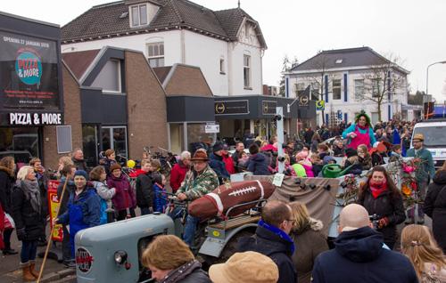 Video optocht en opening van het carnaval in Vaassen