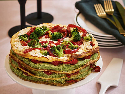 Omelettaart met broccolipuree en paprika