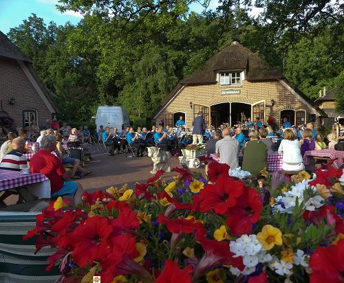 Concert Vaassens Fanfare Corps op camping de Helfterkamp