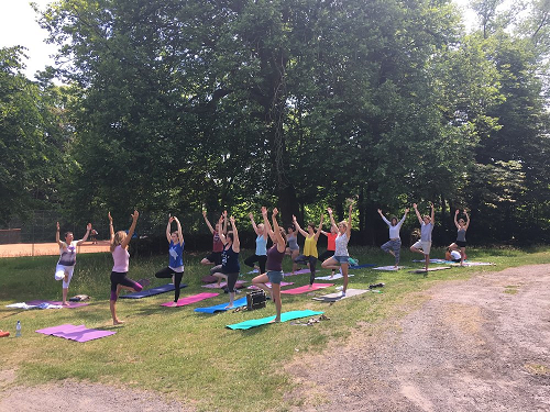 Yogales in tuin kasteel Cannenburgh voor het goede doel!