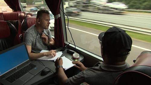 Opnieuw honderden bestuurders op de bon: politie zet touringcar in tegen bellende en appende chauffeurs