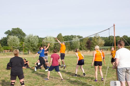 Volleybal en vogelschieten bij het zomerfeest Geerstraat