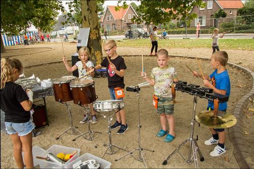 Kinderen maken muziek bij Cavente Kinderdorp