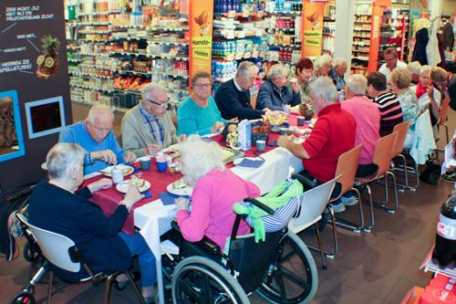 Ouderen lunch bij Albert Heijn