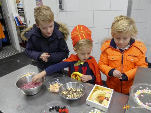 Chocolade letter versieren bij Bakkerij Hagen