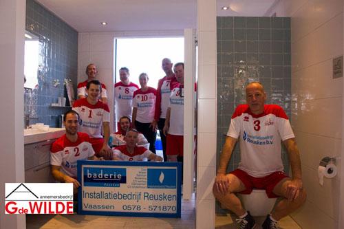 Heren 2 van Blok EVC bedankt sponsor Baderie Reusken en Aannemersbedrijf De Wilde