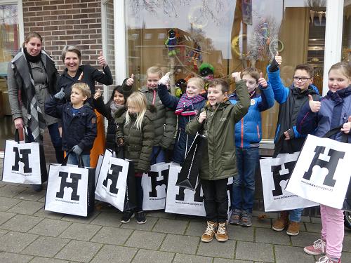 10 gelukkige prijswinnaars kregen een tas met lekkernijen van Bakkerij Hagen