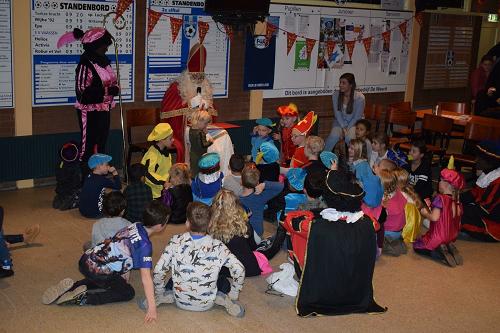 Sinterklaas en pieten op bezoek bij jeugd SV Vaassen