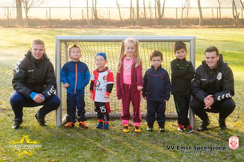 Levi, Milan, Bente, Seb, Koray en Tygo zoeken v.v. Emst voetbalvriendjes en –vriendinnetjes