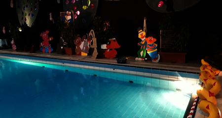 Zwemmen tussen tekenfilmfiguren