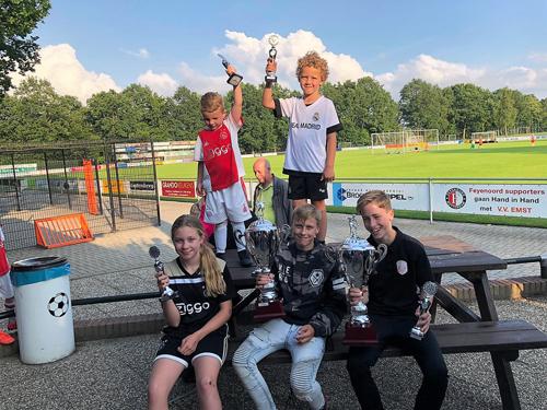 Dennie Evers en Kas Albertus grote winnaars Andre van 't Ende penaltybokaal 2019 jeugd v.v. Emst