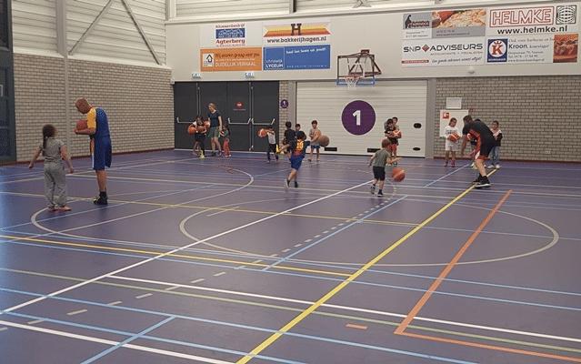 Oud-basketbalprofs geven kinderen Zomerschool clinic