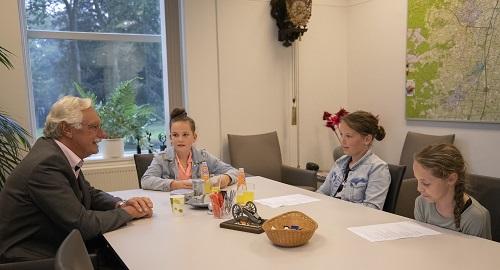Jeugdteam interviewt Eper burgemeester Hans van der Hoeve