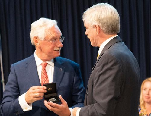 Burgemeester Van der Hoeve krijgt zilveren erepenning Epe bij afscheid