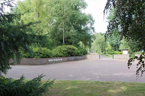 Onderhoud aan urnenmuur op begraafplaats Wanenk