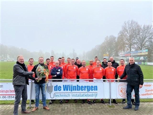 V.v. Emst 3 bedankt shirtsponsor 'technisch installatiebedrijf De Wijnbergen'