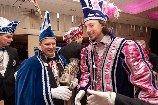 Rossumdaerpers Prins John en Prinses Leonie ontvangen gasten op Prinsenbal