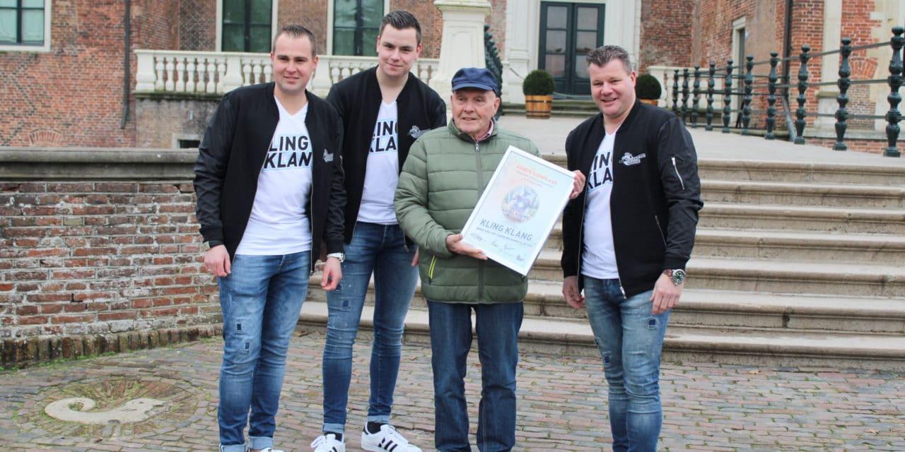 Frans Nieuwenhuis ontvangt eerste cd van 'Kling, Klang'