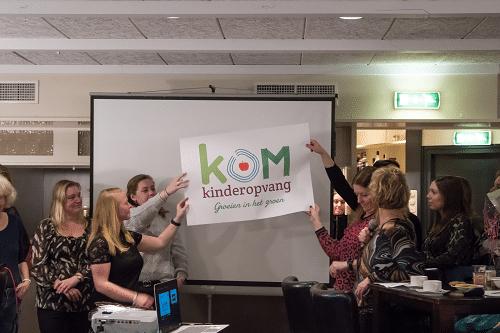 Pedagogisch medewerkers onthullen nieuw logo van KOM Kinderopvang