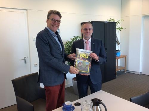 Eerste nummer magazine VRIJ uitgereikt aan burgemeester