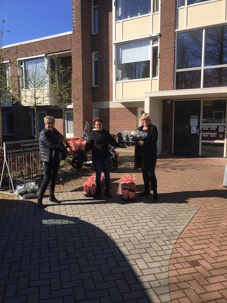 Harry van Hunen en Sonja Wolf schenken plantjes aan alle bewoners Speulbrink