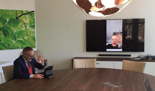 Kinderburgemeester Noud en burgemeester Tom spreken elkaar over thuisonderwijs