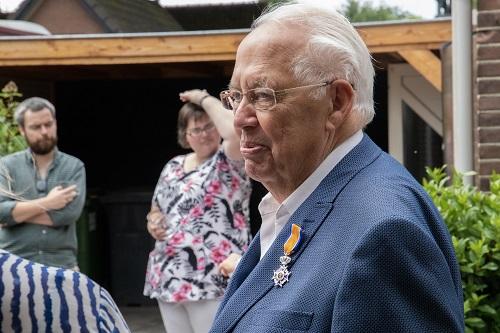 Burgemeester Tom Horn reikte afgelopen vrijdag de lintjes uit (Meneer Niessink)