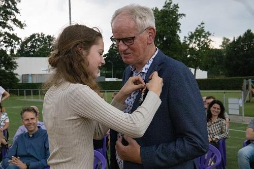Burgemeester Tom Horn reikte afgelopen vrijdag de lintjes uit (Meneer Leskens)