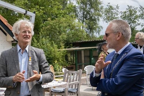 Burgemeester Tom Horn reikte afgelopen vrijdag de lintjes uit (Meneer Visser)