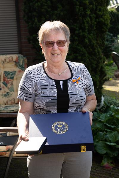 Burgemeester Tom Horn reikt een lintje uit