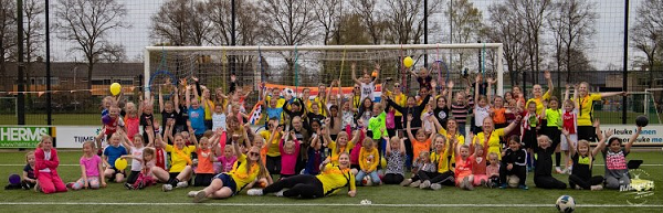 Ruim 70 meiden genieten van het voetbalspelletje op Koninginnespelen bij VIOS